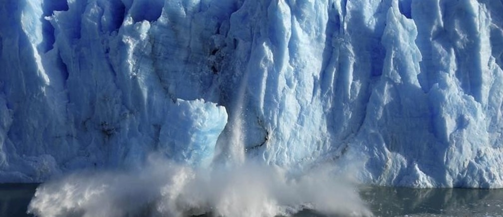 Splinters of ice peel off from one of the sides of the Perito Moreno glacier in a process of a unexpected rupture during the southern hemisphere's winter months, near the city of El Calafate in the Patagonian province of Santa Cruz, southern Argentina, July 7, 2008.  The Perito Moreno glacier, part of the Los Glaciares National Park, a World Heritage site, measures 250 square kilometers (97 square miles), and is one of the few glaciers which is advancing instead of retreating. REUTERS/Andres Forza (ARGENTINA) - RTX7QJ5