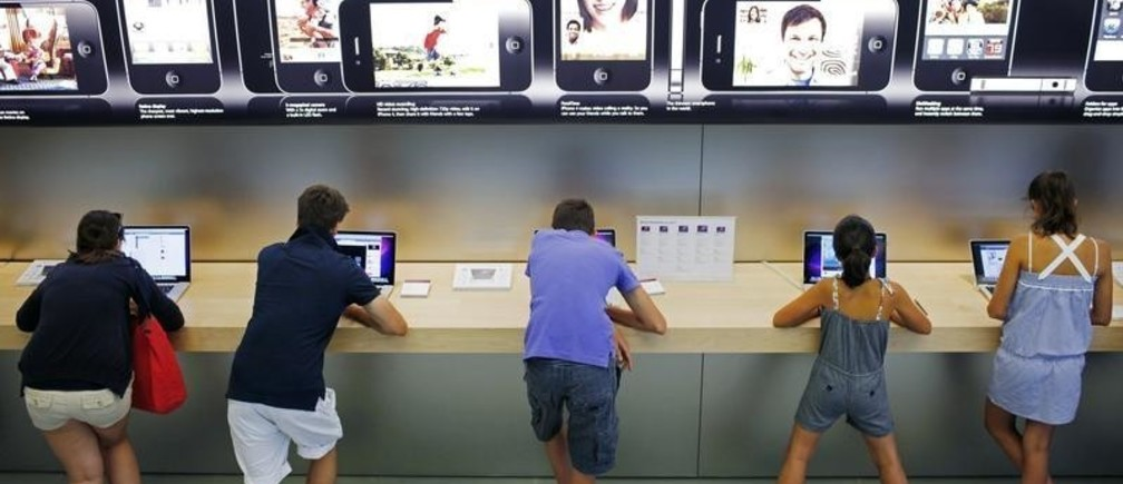 Customers and visitors use computers at the Apple Store in Boston, Massachusetts July 19, 2010. Apple Inc plans to start selling the iPad table PC, its latest hit product, in nine new international markets on Friday, making the device available in a total of 19 countries.  REUTERS/Brian Snyder   (UNITED STATES - Tags: BUSINESS SCI TECH) - GM1E67K0KVO01