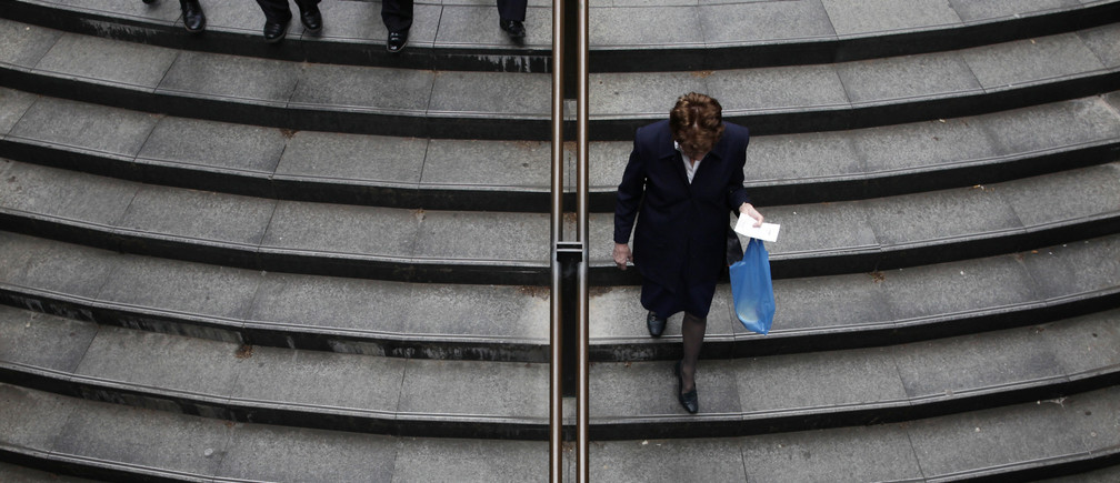 Office workers descend a set of stairs to a train station in central Sydney October 8, 2009. Australian employment surged past all expectations in September and the jobless rate dropped in what might be a surprisingly early turning point.  REUTERS/Tim Wimborne   (AUSTRALIA BUSINESS EMPLOYMENT IMAGES OF THE DAY) - GM1E5A80VQ601