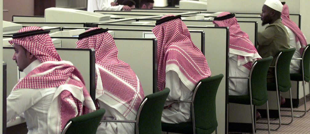 """Saudi students attend a computer class at King Saud University inRiyadh October 30, 2002. The university is one of several majoreducational institutions turning out thousands of graduates every yearin search of jobs. The government is stepping up efforts at""""Saudization"""" in a country where a third of the workforce is foreignand unemployment among Saudis is running anywhere between eight to 12percent. REUTERS/Ali JarekjiAJ/WS - RTRD1CR"""