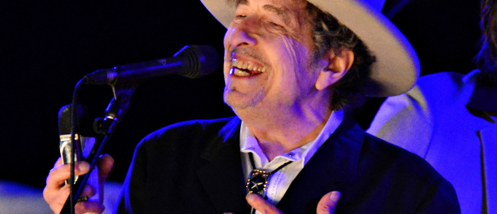 U.S. musician Bob Dylan performs during on day 2 of The Hop Festival in Paddock Wood, Kent on June 30th 2012. REUTERS/Ki Price/Files - RTSS2BL