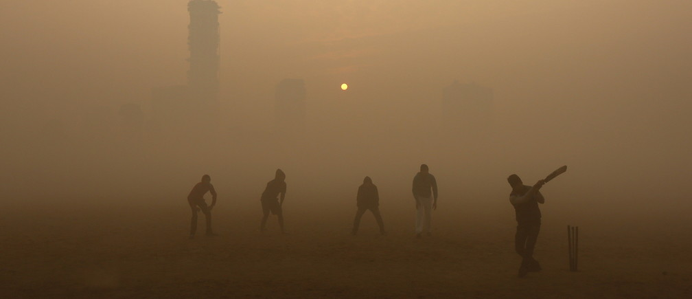 Boys play cricket in a public park amidst heavy fog on a cold winter morning in Kolkata, India, December 30, 2015. REUTERS/Rupak De Chowdhuri - GF10000278471