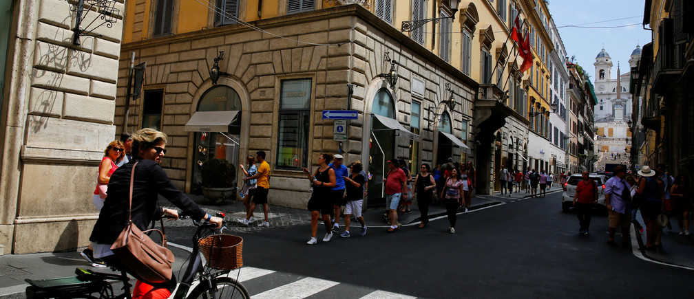 Tourists walk in Via dei Condotti street in downtown Rome, Italy, June 12, 2018.  REUTERS/Tony Gentile - RC1D98EE5000