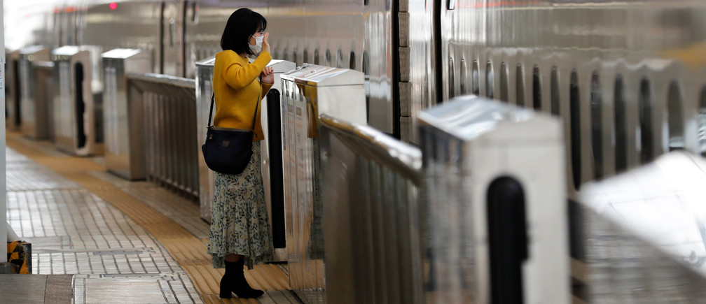 A woman waves to a relative aboard a train on a platform of Tokyo station where fewer people than usual are seen during Golden Week holidays following the coronavirus disease (COVID-19) outbreak, in Tokyo, Japan, April 29, 2020.REUTERS/Kim Kyung-Hoon - RC24EG9G8ZLH