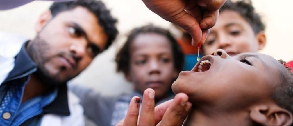 A child is given vitamin A drops during a house-to-house vaccination campaign in Sanaa, Yemen February 20, 2017. REUTERS/Khaled Abdullah - RC1DBA8D3350