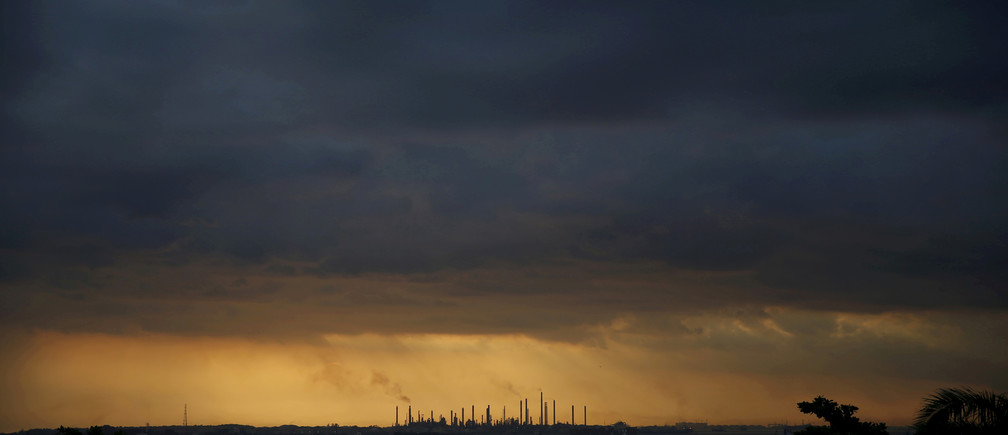 Storm clouds gather over Shell's Pulau Bukom oil refinery in Singapore January 30, 2016. REUTERS/Edgar Su/File Photo - RTX2TP0Z