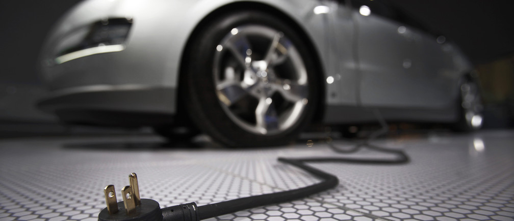 A plug is seen coming from the Chevrolet Volt electric car during the North American International Auto Show in Detroit, Michigan January 13, 2009.      REUTERS/Mark Blinch (UNITED STATES) - GF2E51D1E6H01