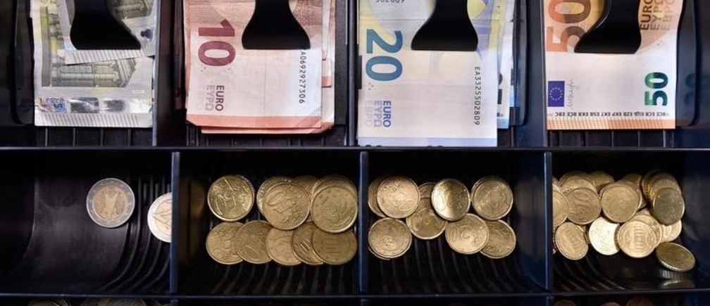 Euro banknotes and coins are displayed in a shop in Brussels, Belgium November 14, 2017. REUTERS/Eric Vidal - RC137EB6F730