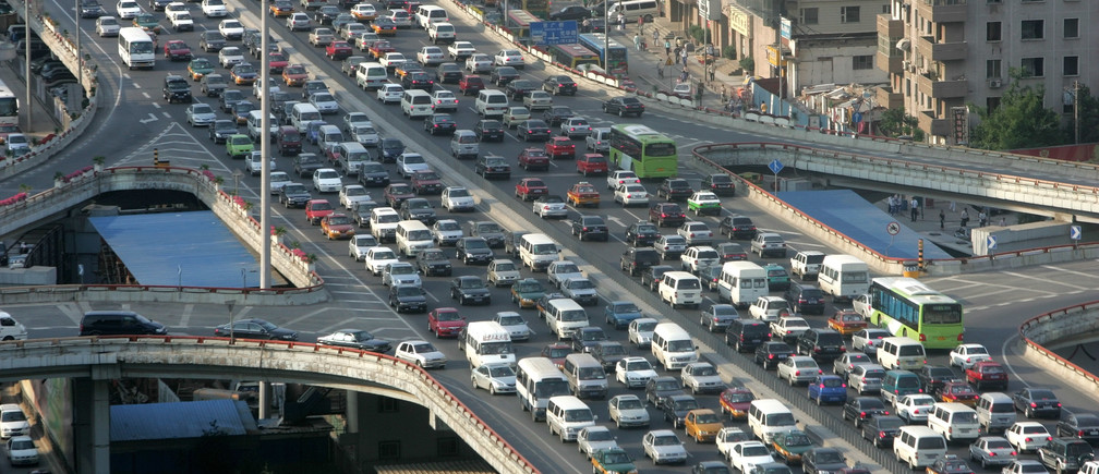 A traffic jam is seen during the rush hour in Beijing June 14, 2006. China needs to improve public transport to help curb choking traffic jams instead of building more and more highways to make room for private cars, the World Bank said on Wednesday.  REUTERS/ Jason Lee (CHINA) - GM1DSVEDJEAA