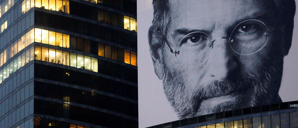 A portrait of Apple co-founder and former CEO Steve Jobs is placed on the Federation Tower skyscraper in Moscow's new business district, October 19 2011. REUTERS/Denis Sinyakov (RUSSIA - Tags: OBITUARY SCIENCE TECHNOLOGY BUSINESS) - RTR2SUSU