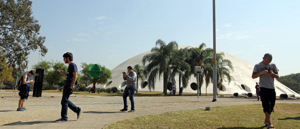 "People play the augmented reality mobile game ""Pokemon Go"" at Ibirapuera park in Sao Paulo, Brazil, August 5, 2016"