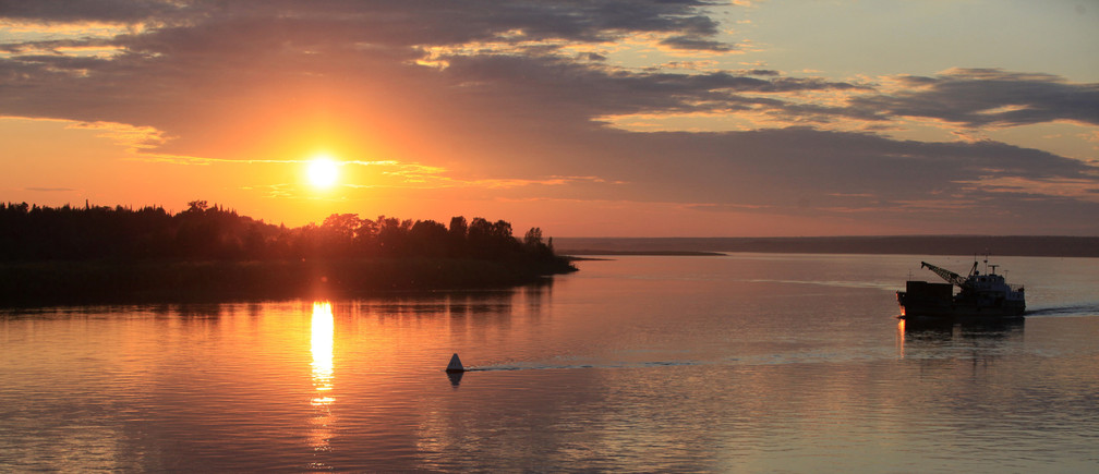 A ship sails along the Yenisei River during sunset, about 290 km (180 miles) north of Russia's Siberian city of Krasnoyarsk, June 13, 2013. Yenisei, one of the largest river systems in the world which rises in Mongolia and flows into the Arctic ocean, is the life artery for the residents populating its banks. Picture taken June 13, 2013. REUTERS/Ilya Naymushin (RUSSIA - Tags: SOCIETY ENVIRONMENT MARITIME TRANSPORT TRAVEL) - GM1E977164O01
