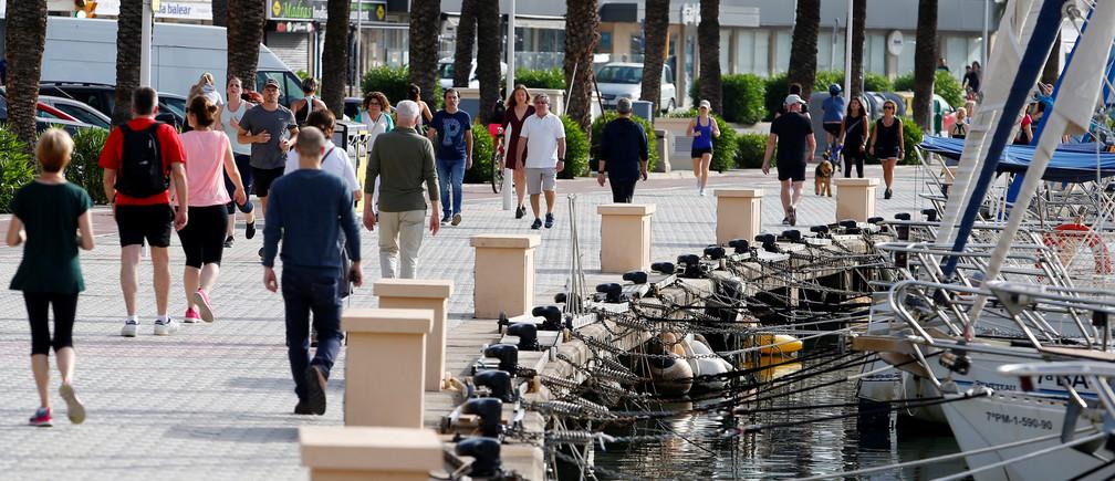 La gente practica deportes en el paseo marítimo de Palma de Mallorca durante las horas en que se permite el ejercicio individual al aire libre, por primera vez desde que se anunció el cierre, en medio del brote de la enfermedad coronavirus (COVID-19), en Palma de Mallorca, España, el 2 de mayo de 2020.