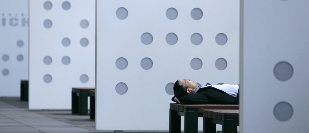 A businessman takes a nap on a bench in Tokyo June 8, 2007. Japan's weather is expected to stay mostly average to slightly warmer in the week from Saturday, the official weather forecaster said on Friday.   REUTERS/Toru Hanai  (JAPAN) - RTR1QKX7