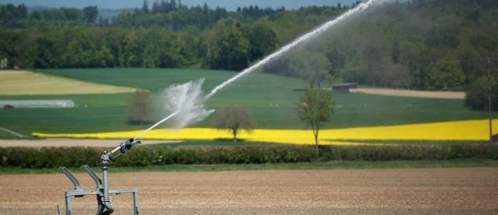 A water jet, used for irrigation, is seen in a field near Avenches, Switzerland April 27, 2018.  REUTERS/Denis Balibouse - RC122F6E2040