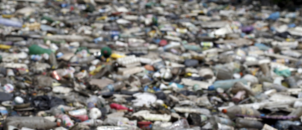 Rubbish covers the banks of Cunha channel, which flows into Guanabara Bay, in Rio de Janeiro March 31, 2015. As part of its Olympic bid, Rio promised to clean up 80 percent of the bay for the games, where will be host the sailing event. But local government officials have already admitted that a cleanup by 2016 is not achievable.  REUTERS/Sergio Moraes - GF10000045257