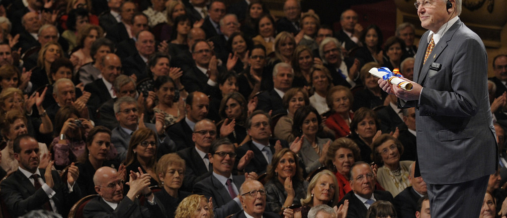 British naturalist David Attenborough acknowledges the applause after receiving the 2009 Prince of Asturias award for Social Sciences from Spain's Crown Prince Felipe during a ceremony at Campoamor theatre in Oviedo, northern Spain, October 23, 2009. REUTERS/Felix Ordonez (SPAIN ROYALS SOCIETY ENVIRONMENT) - GM1E5AO0BF101