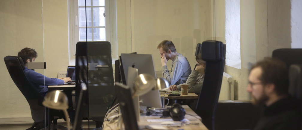 """Journalists work in the independent, Russia-focused, media start-up Meduza office in Riga March 30, 2015.  """"Meduza"""", published since last October out of a newsroom in Latvia's capital Riga, offers an alternative to Russia's stridently nationalist state-controlled media and the remaining independent news sources that, Timchenko says, are deferential to the authorities out of fear. Picture taken March 30, 2015.  REUTERS/Ints Kalnins - RTR4VSDF"""
