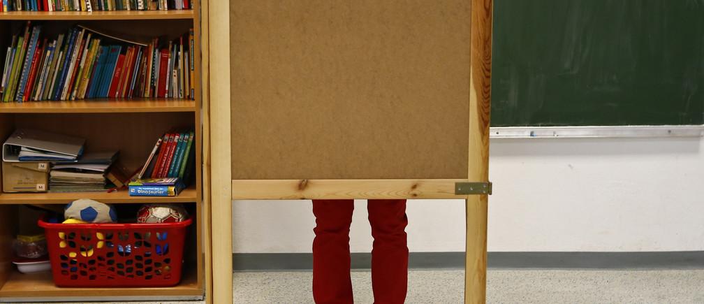 A man casts his ballot during the Austrian general election in Vienna September 29, 2013.  REUTERS/Dominic Ebenbichler (AUSTRIA - Tags: POLITICS ELECTIONS) - GM1E99T1L5H01