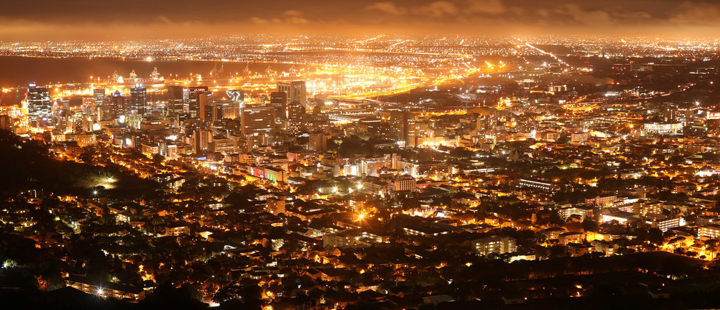 Streetlights illuminate the central business district in Cape Town, South Africa, March 17, 2019. REUTERS/Mike Hutchings - RC1FE4EF2A70