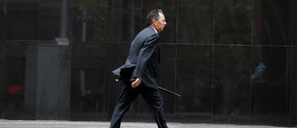A businessman walks past the Reserve Bank of Australia in Sydney February 4, 2014.