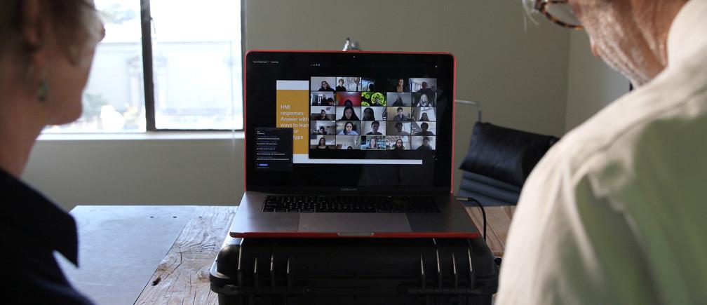 Los profesores de la Universidad de California, Berkeley, Lisa Wymore (L) y Greg Niemeyer miran la pantalla Zoom que muestra a los estudiantes en su curso de Innovación Colaborativa en línea en Berkeley, California, EE.UU., 12 de marzo de 2020.