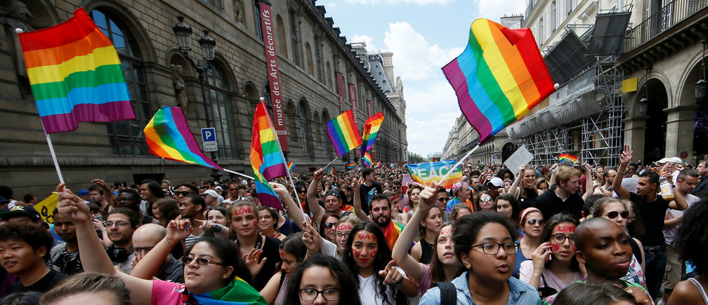 Participants take part in the annual Gay Pride parade in Paris, France June 24, 2017. REUTERS/Gonzalo Fuentes - RC191B51AAD0