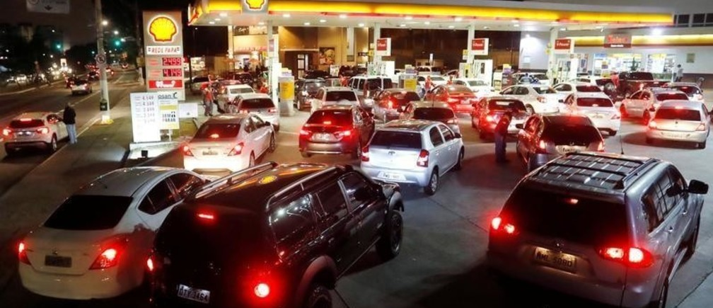 Cars crowd a gasoline station as they wait to fuel up, in Sao Paulo, Brazil May 23, 2018. REUTERS/Leonardo Benassatto - RC1AF3FC54B0