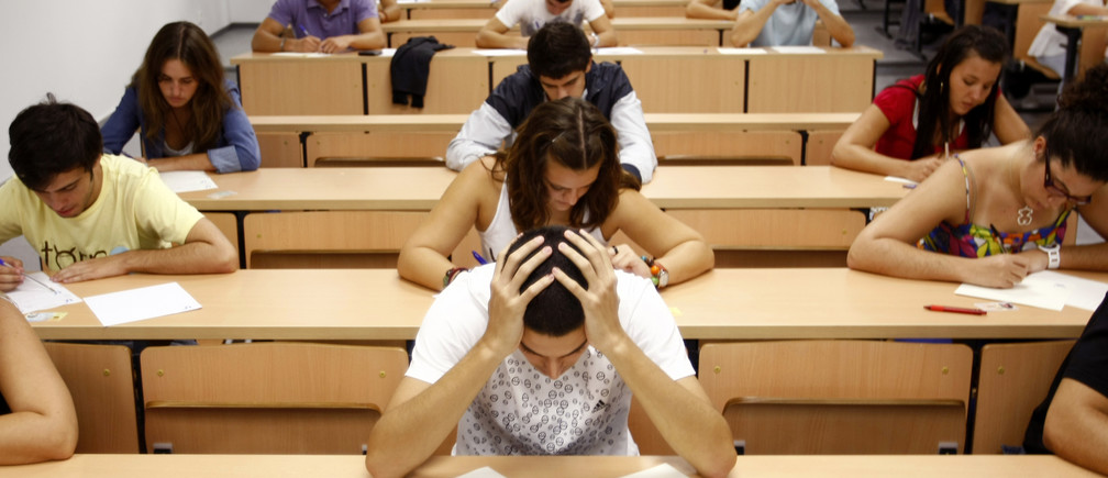 Students take a university entrance examination at a lecture hall in the Andalusian capital of Seville, southern Spain, September 15, 2009. Students in Spain must pass the exam after completing secondary school in order to gain access to university. REUTERS/Marcelo del Pozo (SPAIN EDUCATION SOCIETY) - GM1E59F1FFW01