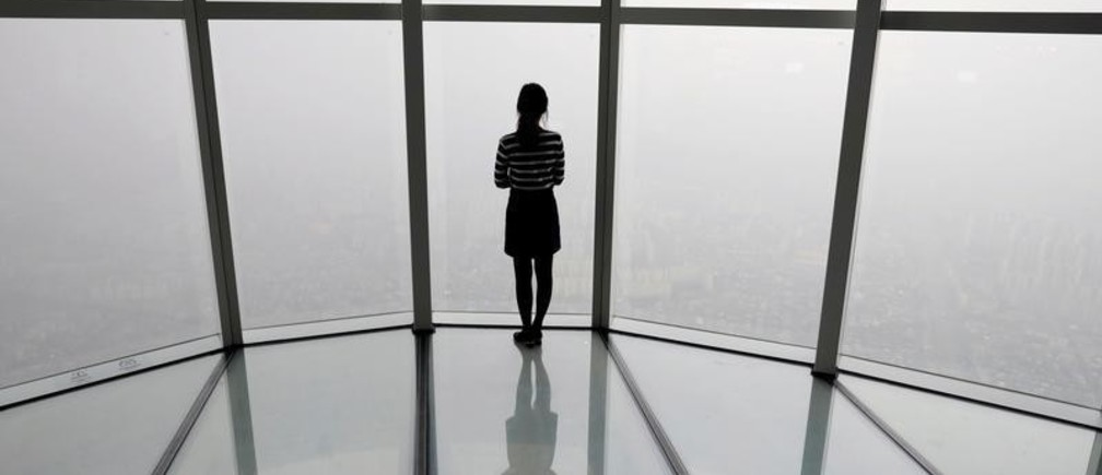 A woman looks at a view of Seoul shrouded by fine dust during a polluted day in Seoul, South Korea, March 6, 2019.    REUTERS/Kim Hong-Ji     TPX IMAGES OF THE DAY - RC1EC92E1360
