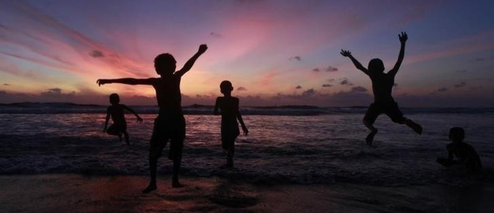 Children play at the Mount Lavinia beach in Colombo October 2 , 2011. REUTERS/Dinuka Liyanawatte (SRI LANKA - Tags: SOCIETY ENVIRONMENT TPX IMAGES OF THE DAY)