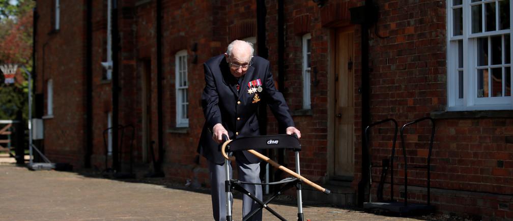 El Capitán retirado del Ejército Británico Tom Moore, de 99 años, camina para recaudar dinero para los trabajadores de la salud, intentando recorrer la longitud de su jardín cien veces antes de cumplir 100 años este mes mientras continúa la propagación de la enfermedad coronavirus (COVID-19), Marston Moretaine, Gran Bretaña, 15 de abril de 2020.