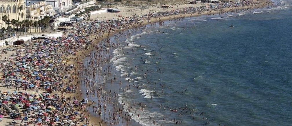 People gather in the Virgen de Regla beach in Chipiona, southern Spain, August 1, 2015.  REUTERS/Marcelo del Pozo   - GF20000011018