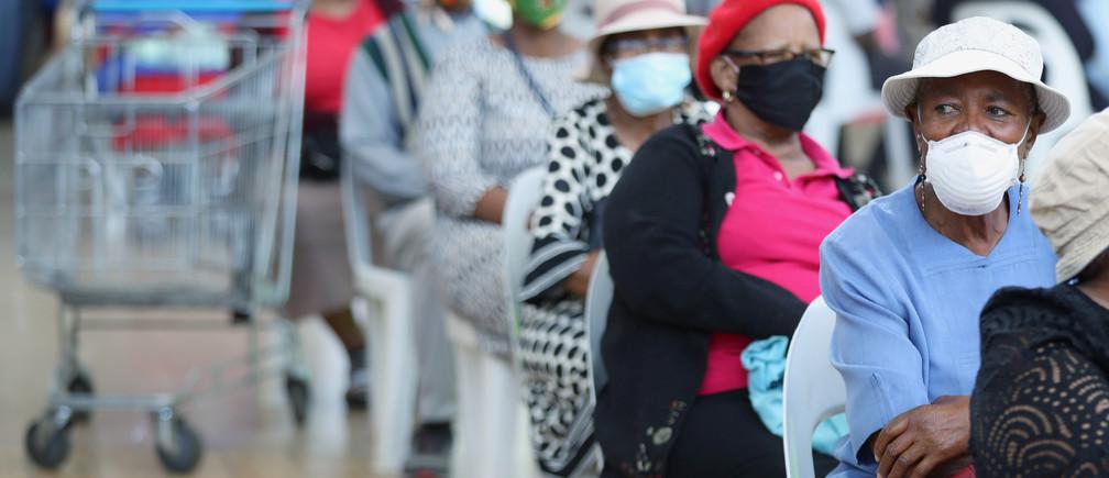 Los clientes se sientan en sillas en el centro comercial Maponya mientras Sudáfrica comienza a relajar algunos aspectos de un riguroso cierre nacional debido al brote de la enfermedad coronavirus (COVID-19) en Johannesburgo, Sudáfrica, el 5 de mayo de 2020.