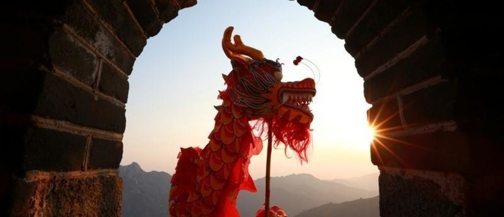 Performers take part in a dragon dance during sunrise at the Mutianyu section of the Great Wall of China in Huairou district of Beijing, China January 1, 2019. Bu Xiangdong/Qianlong.com via REUTERS ATTENTION EDITORS - THIS IMAGE WAS PROVIDED BY A THIRD PARTY. CHINA OUT. - RC1DF7DE6720