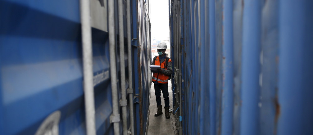 A worker tracks shipping containers at Tanjung Priok port in North Jakarta, Indonesia December 15, 2015. REUTERS/Darren Whiteside