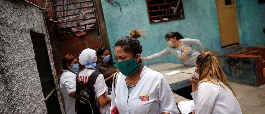 Un equipo formado por trabajadores sanitarios cubanos y venezolanos participan en una ronda de inspección en el barrio de Lidice durante la cuarentena nacional por el brote de la enfermedad coronavirus (COVID-19) en Caracas, Venezuela, el 9 de abril de 2020.