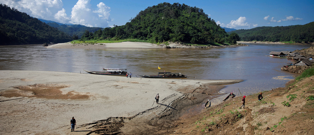 A view shows Ban Sob Moei, a Thai village located at the confluence of Moei and Salween rivers, which is threatened by the planned Hatgyi dam in Myanmar, November 16, 2014.     REUTERS/Thin Lei Win/File Photo - S1BEUATPMHAA