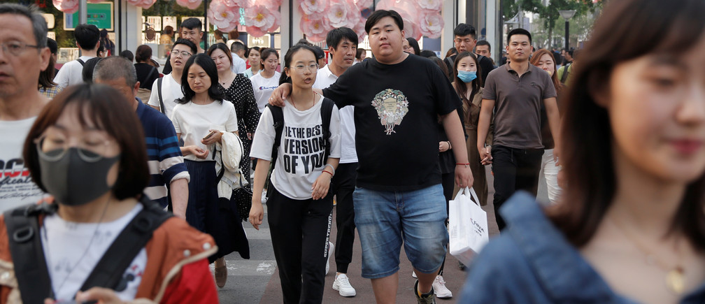 People walk in Wangfujing shopping street in Beijing, China May 15, 2019.  REUTERS/Thomas Peter - RC194C8160F0