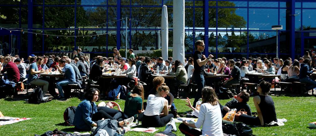 Students enjoy the sun at the Albert-Ludwigs-University in Freiburg, Germany April 24, 2017.  REUTERS/Ralph Orlowski - RTS13T6X