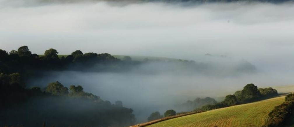 Autumn mists hang over villages and the countryside in the South Downs National Park near Amberley in Southern England October 7, 2013.  REUTERS/Luke MacGregor (BRITAIN - Tags: ENVIRONMENT)