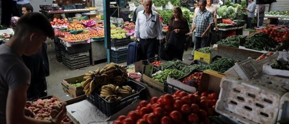 People shop at a vegetable and fruit market in Amman, Jordan June 6, 2018. REUTERS/Ammar Awad