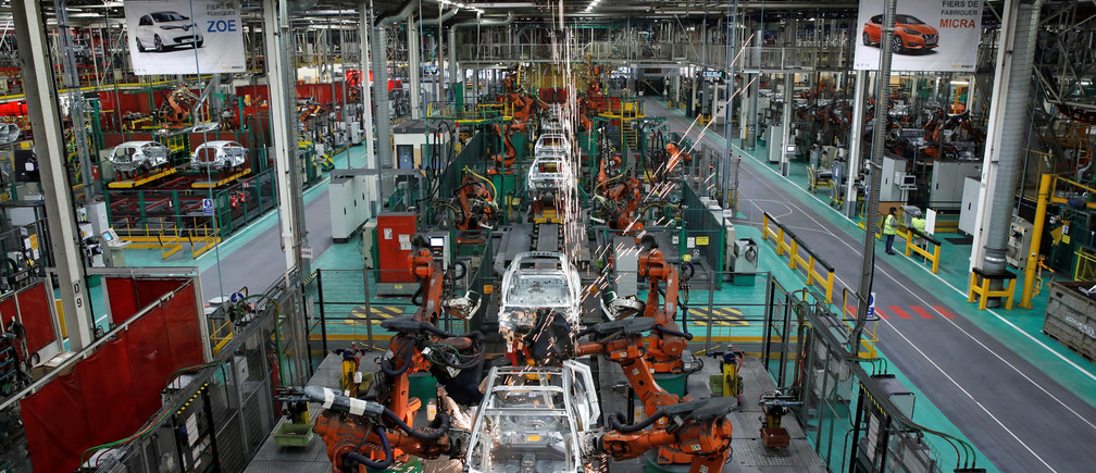 Robots assemble Renault and Nissan automobiles on the production line at the Renault SA car factory in Flins, near Paris, France, February 23, 2017. REUTERS/Benoit Tessier - RTS100J9