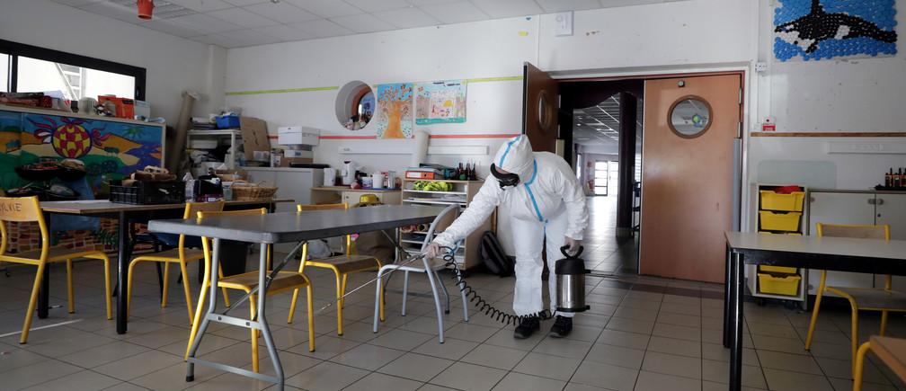 Un escuadrón de desinfección limpia un aula en una escuela en la lucha contra la propagación de la enfermedad coronavirus (COVID-19) en Cannes, Francia, el 10 de abril de 2020.