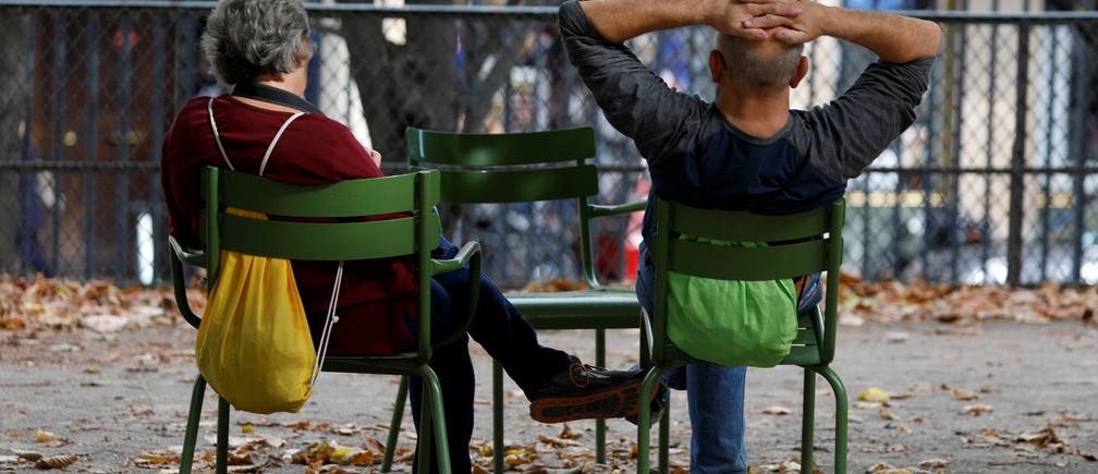 Elderly people sit in the Jardin des Tuileries in Paris, France, October 12, 2018.   REUTERS/Charles Platiau - RC1C88B45450