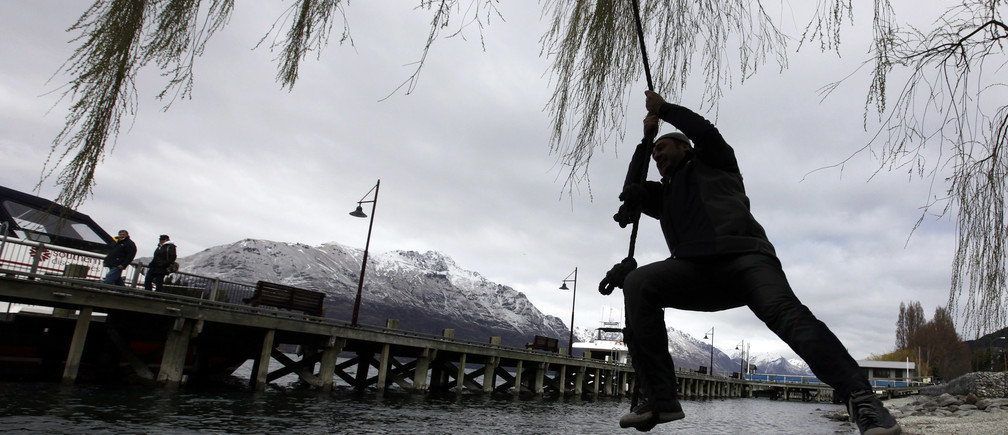 A tourist swings on a rope in Queenstown September 14, 2011.  REUTERS /Stefan Wermuth (NEW ZEALAND  - Tags: SOCIETY TRAVEL)   - SR1E79E0M56LK