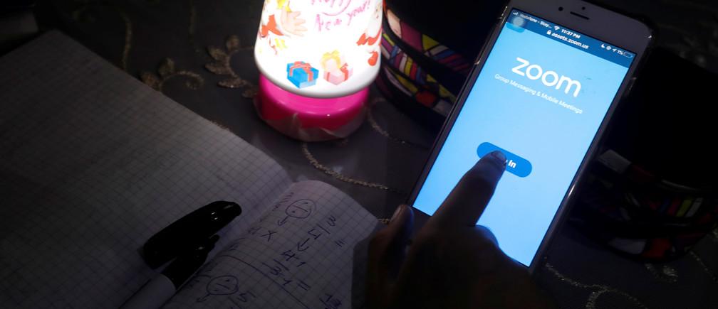 Une élève suit des cours en ligne tout en utilisant l'application Zoom chez elle, alors que l'Égypte ferme des écoles en raison de la propagation de la maladie à coronavirus (COVID-19), au Caire, en Égypte, le 5 avril 2020.
