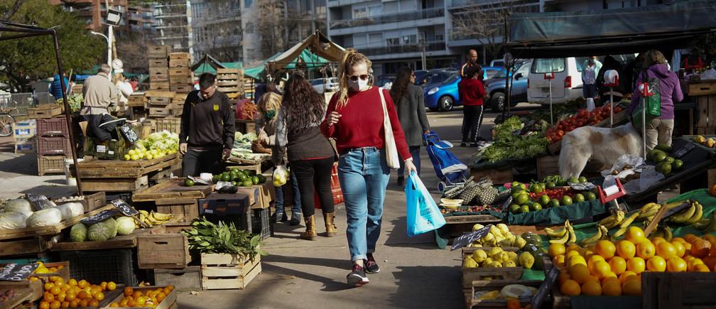 La gente compra en un mercado de productos ya que el país ha logrado controlar la enfermedad coronavirus (COVID-19), en Montevideo, Uruguay, el 23 de mayo de 2020. Foto tomada el 23 de mayo de 2020.