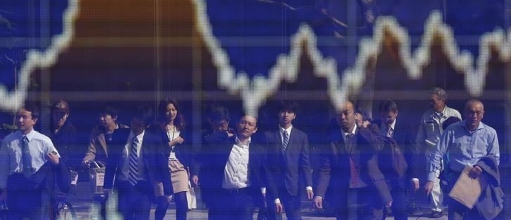 People are reflected on an electronic board displaying a graph showing the movement of Nikkei share average outside a brokerage in Tokyo November 7, 2012. Japan's Nikkei share average edged down on Wednesday despite gains in U.S. stocks as earlier short-covering ran its course while investors awaited the outcome of the U.S. presidential election.   REUTERS/Toru Hanai (JAPAN - Tags: BUSINESS POLITICS)