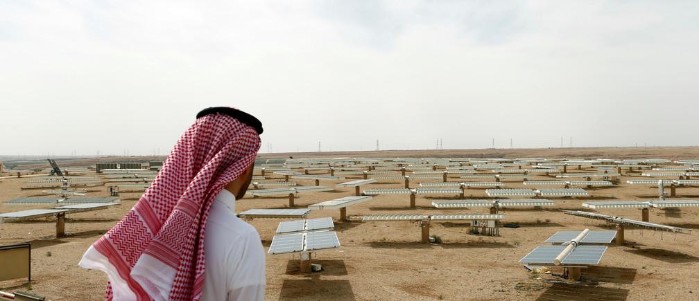 Saudi man looks at the solar plant in Uyayna, north of Riyadh, Saudi Arabia April 10, 2018. Picture taken April 10, 2018. REUTERS/Faisal Al Nasser - RC163EA2F740